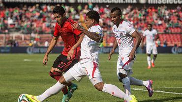 Meksyk - Panama 1:0. O piłkę walczą Javier Orozco i Roman Torres. Z prawej Luis Henriquez z Lecha Poznań