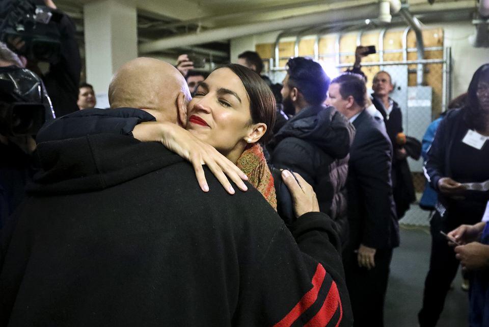 Nowa kongresmenka Alexandria Ocasio-Cortez odbiera gratulacje w dzień głosowania na Bronksie