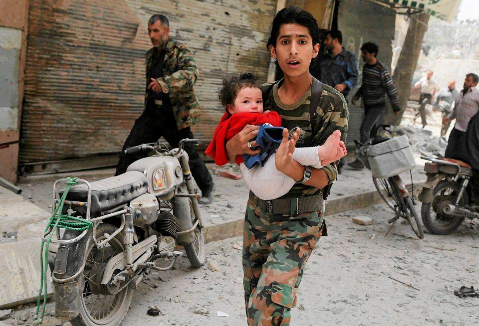 Jeżeli wytrąca nas z równowagi martwe dziecko na plaży, to dlaczego nie wytrąca nas z niej inne martwe dziecko - w zbombardowanym domu w Aleppo w Syrii?