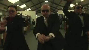 Ambasador Tadeusz Chomicki tańczący Gangnam Style