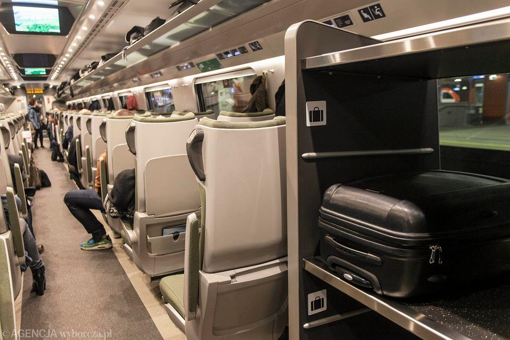 Półka na bagaże w pociągu pendolino