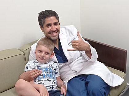 Gabryś jeszcze przed operacją z doktorem Youssefem Tahirim, który dokonał rekonstrukcji ucha.