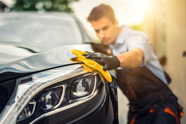 Jeżeli sam myjesz swój samochód, rób to wiadrem z wodą i gąbką, a nie wężem ogrodowym