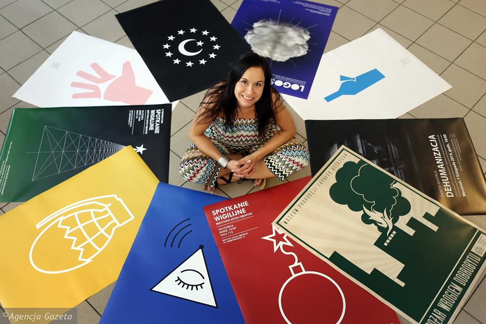 Żaneta Wojtala ze swoimi plakatami