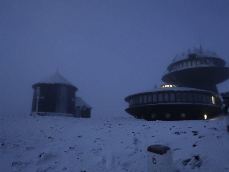 Na Śnieżce temperatura spadła poniżej 4 stopni C i wiało ponad 100 km/h. 'Golasy' górę zdobywały w ubraniach.
