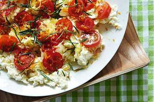 Pyszne sałatki, placki ziemniaczane, a może makaron? Te potrawy przygotujemy z produktów, które teraz kupimy w promocyjnych cenach