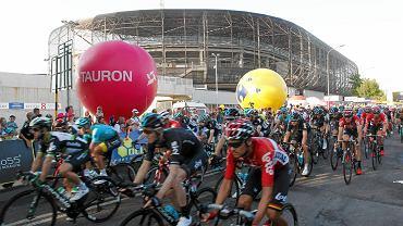 Świetny finisz w ogromnym upale na najdłuższym czwartym etapie.  To już zwyczaj Tour de Pologne, że najdłuższe etapy zaczynają się w Zawierciu. Tegoroczny liczył 238 km i kończył się w Zabrzu. Kolarze przejechali przez Libiąż, Chełm Śląski, Bieruń, Tychy, Orzesze, Suszec, Żory, Jastrzębie, Rybnik, Gliwice i Knurów. Na koniec etapu zawodnicy przejechali trzy rundy w Zabrzu, każda liczyła po 6 kilometrów.  Były harce, w końcówce zerwał się 22-letni Francuz Remi Cavagna. Na początku ostatniej pętli miał 21 sekund przewagi nad peletonem ale poddał się 5 km przed końcem i został wchłonięty.               Ostatecznie pod stadionem Górnika odbył się więc zacięty finisz z grupy. Wydawało się przez moment, że wygra Peter Sagan, ostatecznie najlepiej taktycznie rozegrał końcówkę Australijczyk Caleb Ewan. Zdecydowanie wyprzedził Holendra Danny'ego van Poppela, Sagan był trzeci. Najlepszy z Polaków - Alan Banaszek przyjechał dziewiąty.