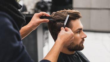 Klasyczne fryzury męskie nie wymagają dużego nakładu pracy przy codziennej stylizacji. Zdjęcie ilustracyjne