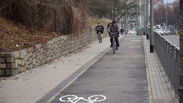 Pofałdowana droga rowerowa. Wygląda nieźle, ale wystarczy przejechać po niej rowerem by zmienić zdanie