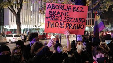 Protest przeciw wprowadzanemu 'tylnymi drzwiami' zakazowi legalnej aborcji. Kontrolowany przez prezesa PiS Jarosława Kaczyńskiego Trybunał Konstytucyjny orzekł ,że przepisy pozwalające na terminację ciąży w przypadku ciężkich i nieodwracalnych wad płodu są sprzeczne z konstytucją. Warszawa, 22 października 2020