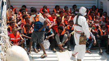 Włoska straż przybrzeżna pomaga uchodźcom, próbującym przedostać się przez Morze Śródziemne