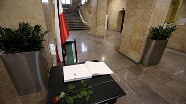 Księga kondolencyjna w szczecińskim Urzędzie miasta. Wpisów można dokonywać codziennie do godziny 20