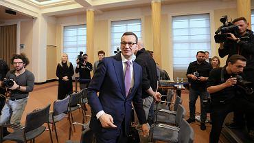Premier rządu PiS Mateusz Morawiecki 'przybił piątkę' przedstawicielom mediów - na zakończenie konferencji prasowej po posiedzeniu gabinetu. Warszawa, KPRM, 19 grudnia 2018
