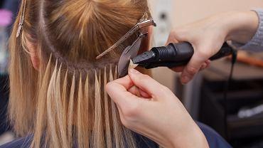 Masz zniszczone i cienkie włosy, a rozważasz doczepy? Wyjaśniamy, czy aby na pewno jest to dobry pomysł