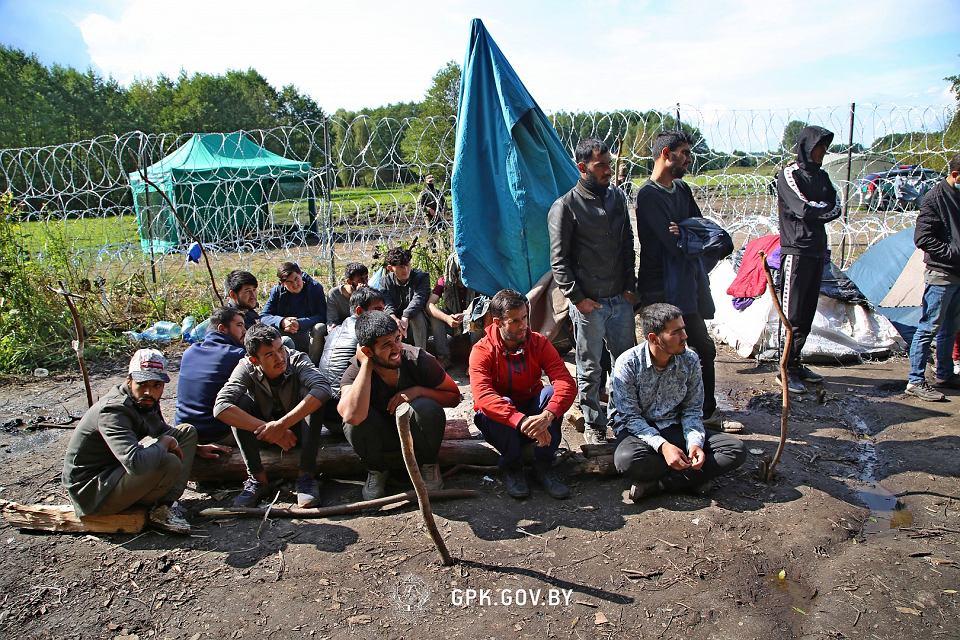 Zdjęcie numer 2 w galerii - Usnarz Górny. Białoruska straż graniczna ponownie twierdzi: Obozowisko jest po polskiej stronie [WIDEO]