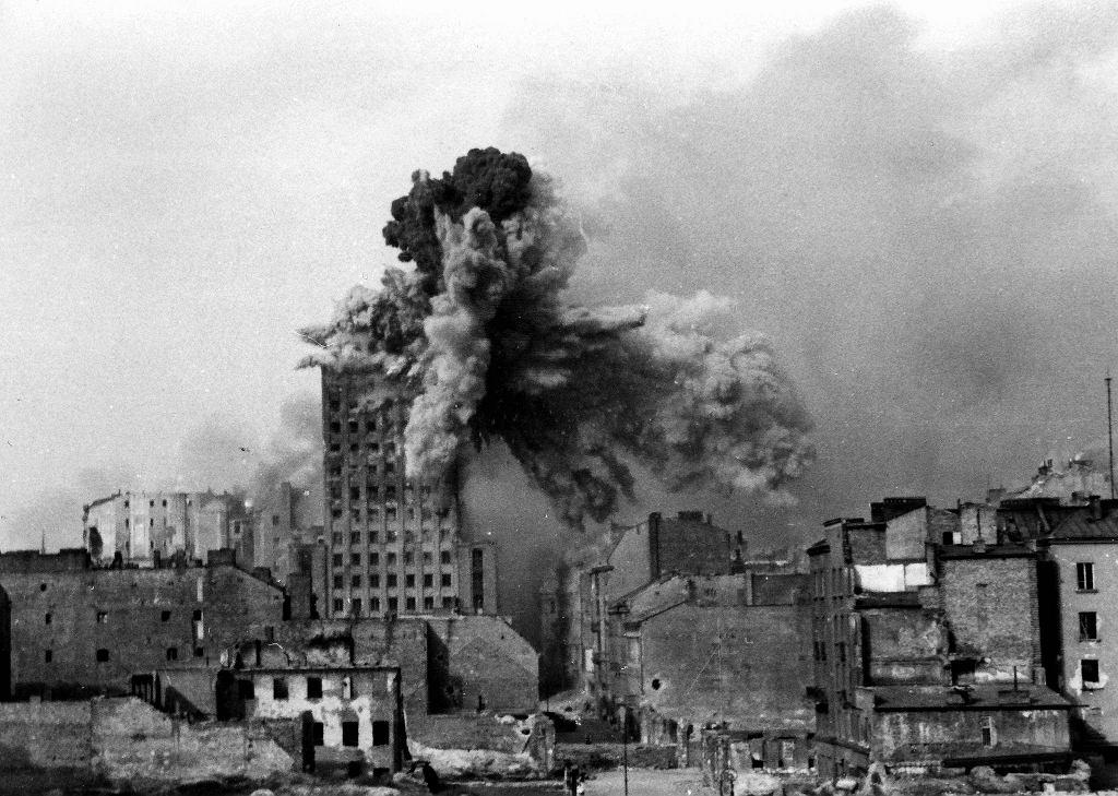 Najsłynniejsze zdjęcia z Powstania Warszawskiego. Prudential trafiony przez Karla