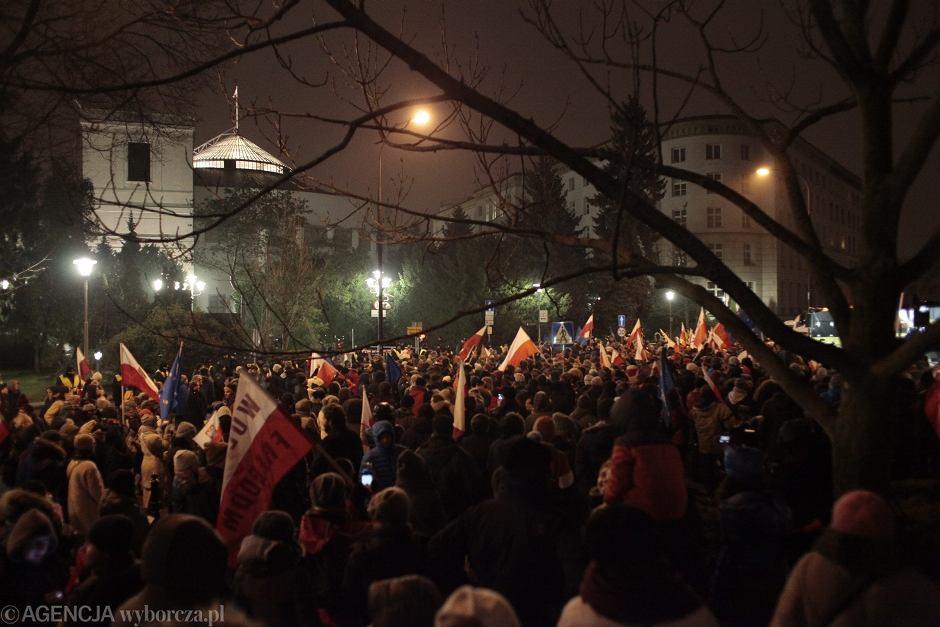 Protest w obronie wolnych mediów przed Sejmem