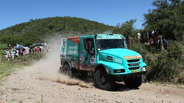 Załoga Gerard de Rooy/Tom Colsoul/Dariusz Rodewald w Dakarze jedzie ciężarówką iveco torpedo