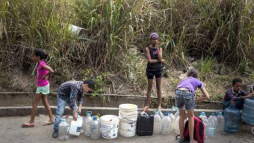 Kolejka po wodę. Dzieci z Caracas czekają w kolejce, by napełnić wiadra wodą, 27 kwietnia 2018 r.