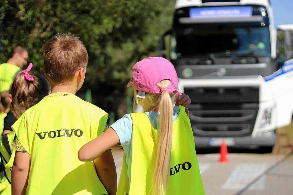 Prowadzone przez pracowników Volvo warsztaty w ramach programu 'Zatrzymaj się, Popatrz, Pomachaj', którego celem jest przekazywanie dzieciom wiedzy dotyczącej bezpieczeństwa na drodze i promowanie bezpiecznego zachowania w ruchu ulicznym
