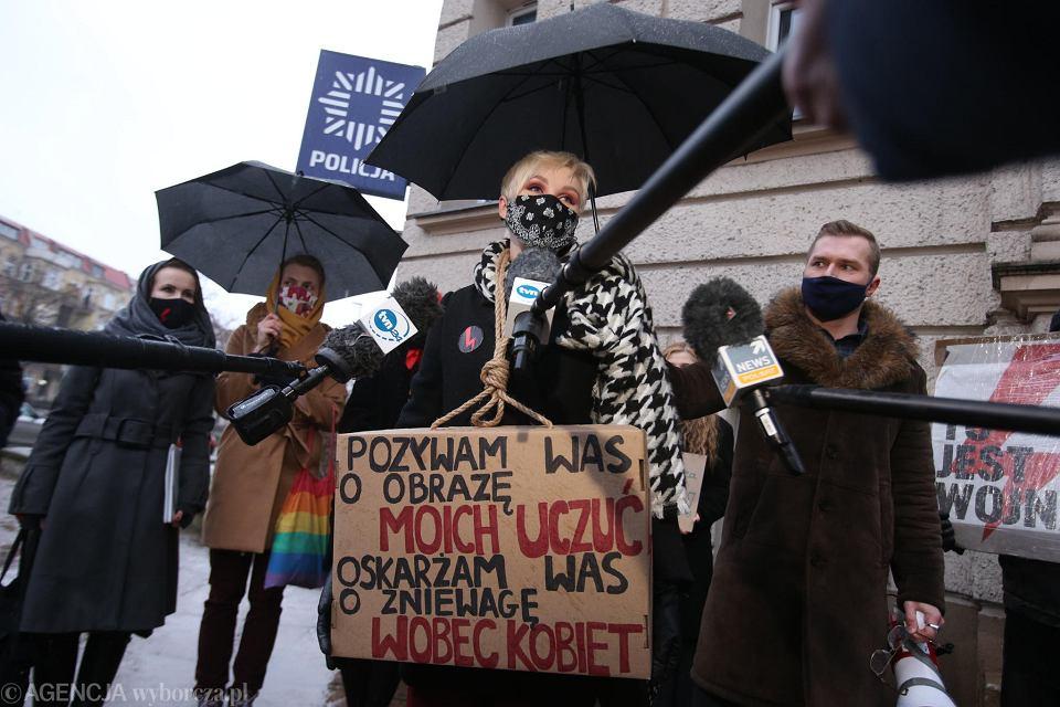 Manifestacja poparcia dla Dagmary Adamiak, młodej liderki Strajku Kobiet. Dagmara Adamiak przed wejściem na przesłuchanie