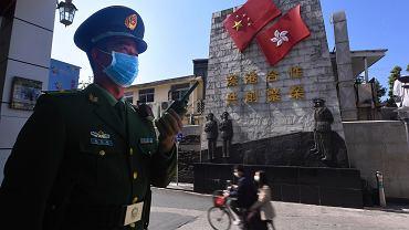 Chiński oficer na posterunku w pobliżu przejścia granicznego między Shenzhen a Hongkongiem, prowincja Guangdong, 27 stycznia 2020 r.