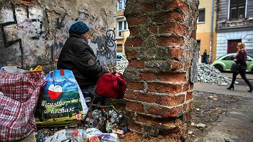 Biedna kobieta na ulicy w Łodzi.