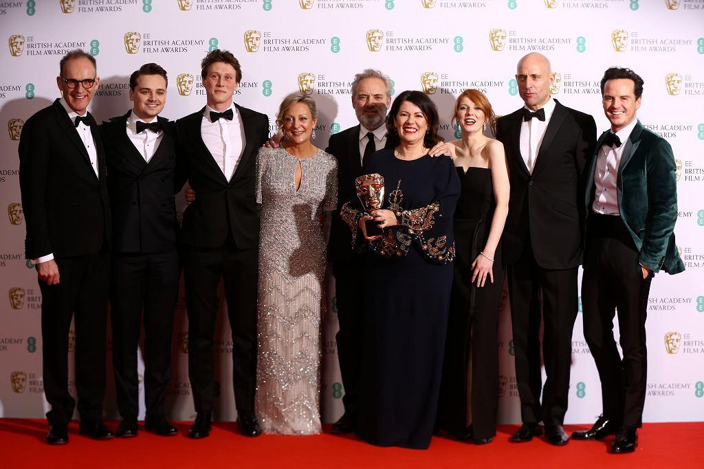 Callum McDougall(L), Charles Chapman, George Mackay, Jayne-Ann Tenggren, Sam Mendes, Pippa Harris, Krysty Wilson-Cairns, Mark Strong i Andrew Scott odbierają nagrodę za najlepszy film '1917'.