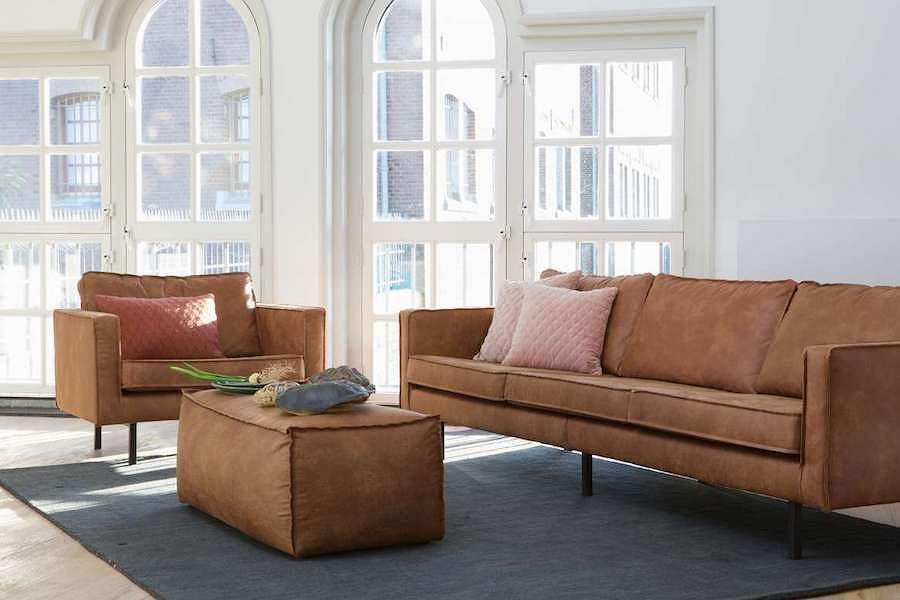 Koniakowa sofa trzyosobowa Rodeo od Be Pure. Posiada prawie 3 m długości i wykonana jest ze recyklingowej skóry
