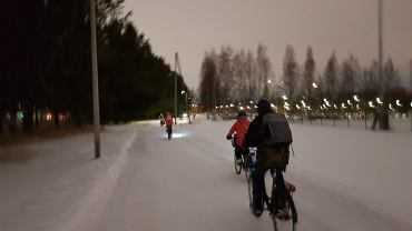 Rowerzyści w ośnieżonym Oulu (Finlandia)