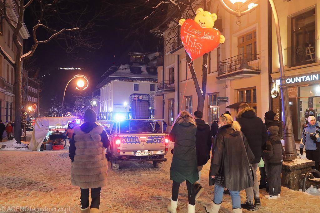 Walentynkowa noc na zakopianskim deptaku w asyście policji, 14.02.2021
