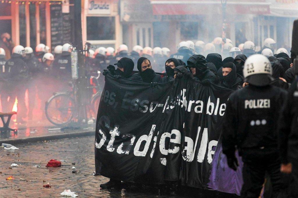 Anarchiści trzymają baner z hasłem przeciwko decyzji o wyburzeniu