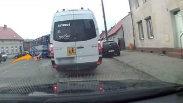 Opiekunka dzieci w trakcie jazdy autobusem wypadła ma jezdnię