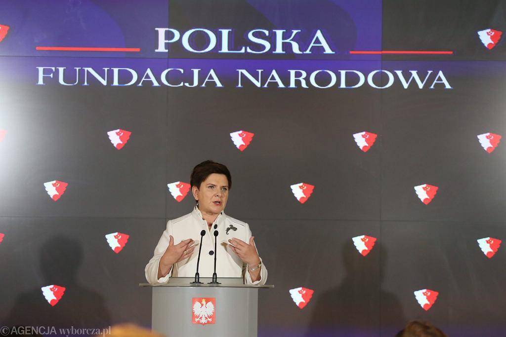 Lipiec 2016 r. Ówczesna premier Beata Szydło (PiS) na konferencji ogłasza powołanie Polskiej Fundacji Narodowej.