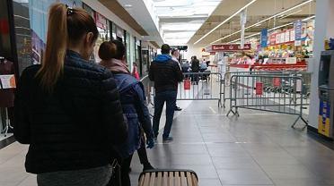 Kolejka przed wejściem do Auchan w CH Platan w Zabrzu