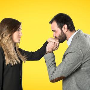 Savoir-vivre: czy całować kobiety w dłoń?