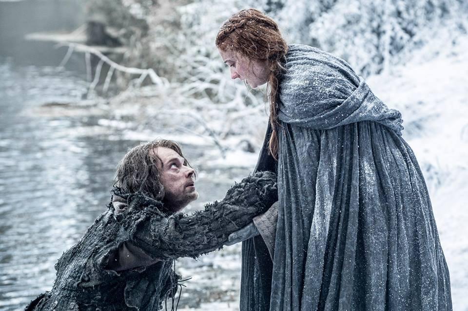 Alfie Allen jako Theon Greyjoy oraz Sophie Turner jako Sansa Stark