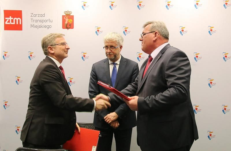 Podpisanie umowy, od lewej: Dariusz Załuska - prezes Mobilis, w środku: Jacek Wojciechowicz - wiceprezydent Warszawy, z prawej: Wiesław Witek - dyrektor ZTM