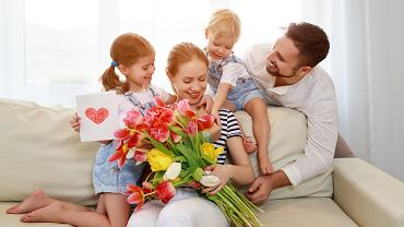 Życzenia na Dzień Matki mogą być samodzielnie napisane lub możemy skorzystać z gotowych wierszyków. Zdjęcie ilustracyjne, Evgeny Atamanenko/shuttestock.com