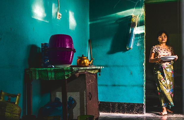 Warung, czyli niewielka knajpka-sklepik, to świetne miejsce na spróbowanie tradycyjnej kuchni.  Na zdjęciu: córka Ibu Iny nakrywa do stołu