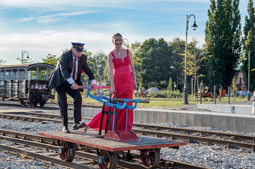 Pianistka wjeżdża na drezynie, którą prowadzi Artur Żuchowski