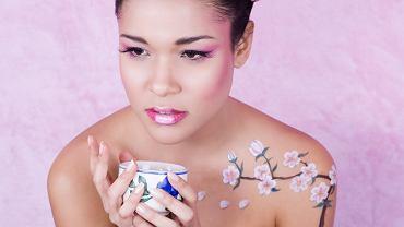 Tatuaż kwiat wiśni może być wykonany na różnych częściach ciała. Zdjęcie ilustracyjne, Thai Soriano/shutterstock.com