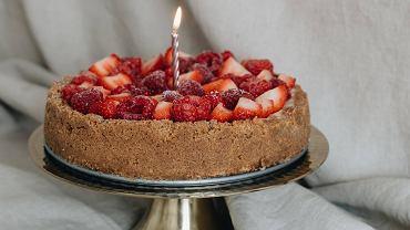 Fit ciasto z rabarbarem i truskawkami. Przepis idealny na upały