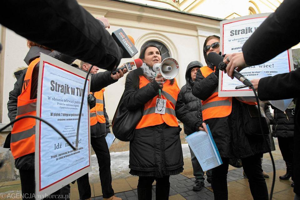 Pracownicy oddziału TVP w Lublinie podczas jednogodzinnego strajku ostrzegawczego 7 lutego 2014 r. Protestowali przeciw likwidacji etatów i zatrudnianiu na umowy śmieciowe w firmie outsorcingowe