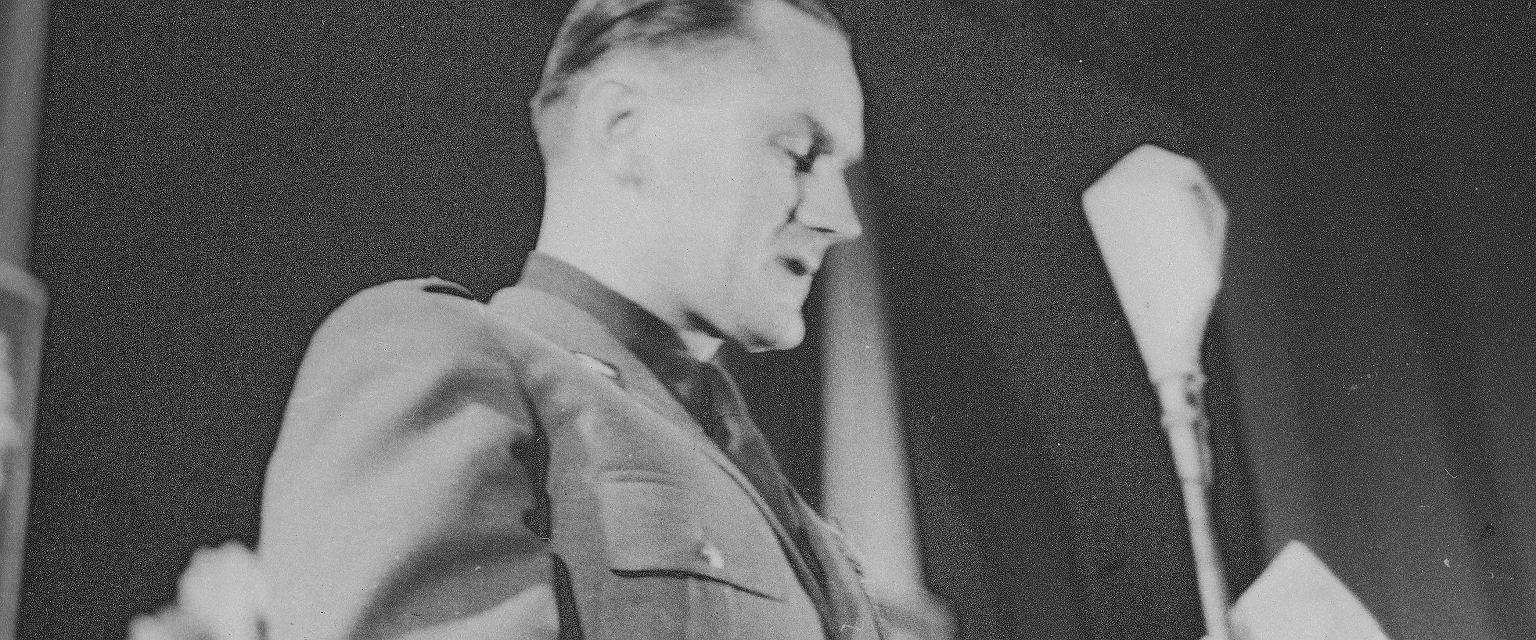 Przemawiający generał brygady Piotr Jaroszewicz w 1948 roku (fot. Narodowe Archiwum Cyfrowe)