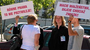 Pikieta zwolenników legalizacji związków partnerskich przed Sejmem