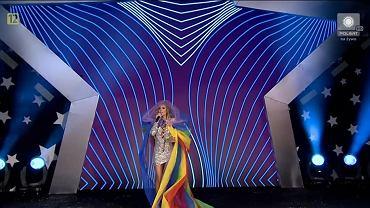 Występ Dody na koncercie Disco pod Gwiazdami w Białymstoku. W tęczowej pelerynie zaśpiewała utwór 'Odkryjemy miłość nieznaną'