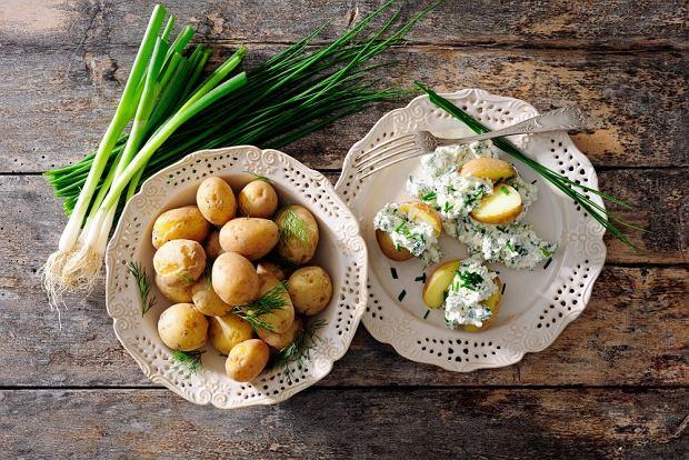 Pyry z gzikiem to inaczej ugotowane ziemniaki, mocno nacięte i wypełnione farszem z twarogu śmietany z dodatkiem szczypiorku