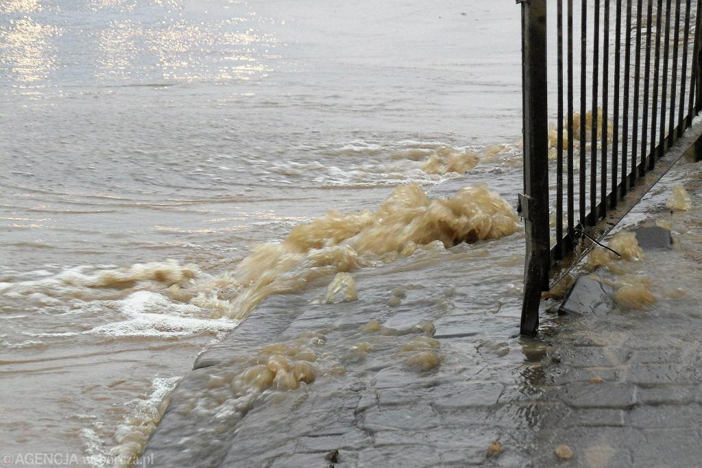 Warszawa. Awaria wodociągu na Alejach Jerozolimskich. Jezdnia została zalana (zdjęcie ilustracyjne)