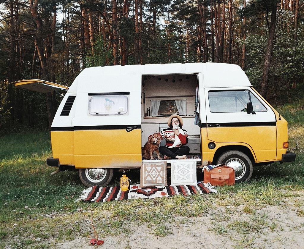 Magda i Kuba z AdVANture Campers  i ich van Freddie. W ich stajni  stoją jeszcze trzy inne vany w stylu vintage